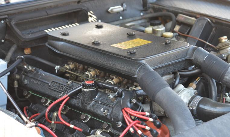4,136 cc 90° V8 ユニットをフロントに搭載します。