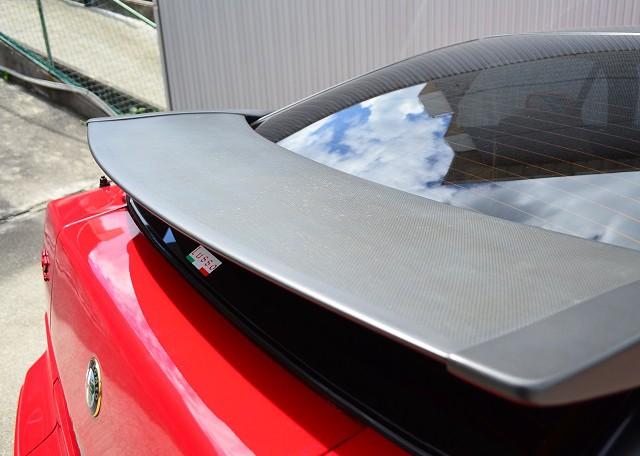 このカーボンスポイラーの表面の傷みがこのクルマのウィークポイントでもあります。どんなに気を付けていても少しづつ劣化していく表面をどう守るかはSZ乗りのテーマとも言えます。少し始まった劣化は否めません。