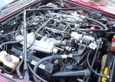 この12気筒エンジンはしなやかなサスペンションセッティングと相成り地面に並行して動くカーペットの上で移動するかのごとくクルマを走らせます。