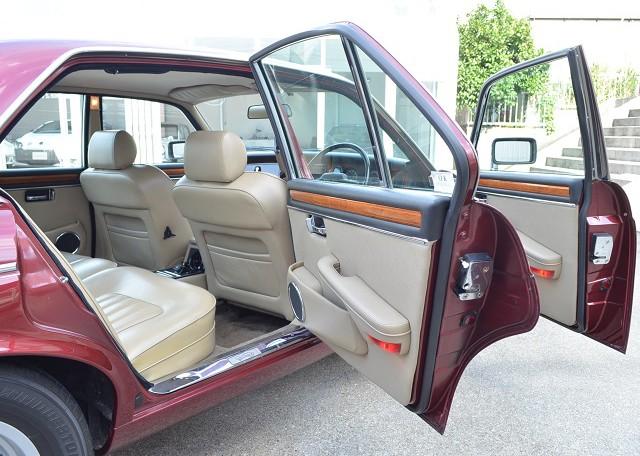 ドライバーよりも後部席への乗り込みに関して考慮された開口部。