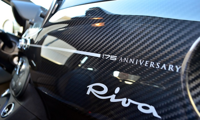 175ANNIVERSARYと入るカーボンダッシュボードは限定モデルの証。