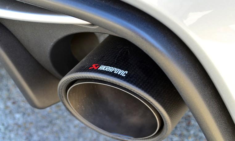 AKRAPOVICスポーツリアマフラーも標準装備。