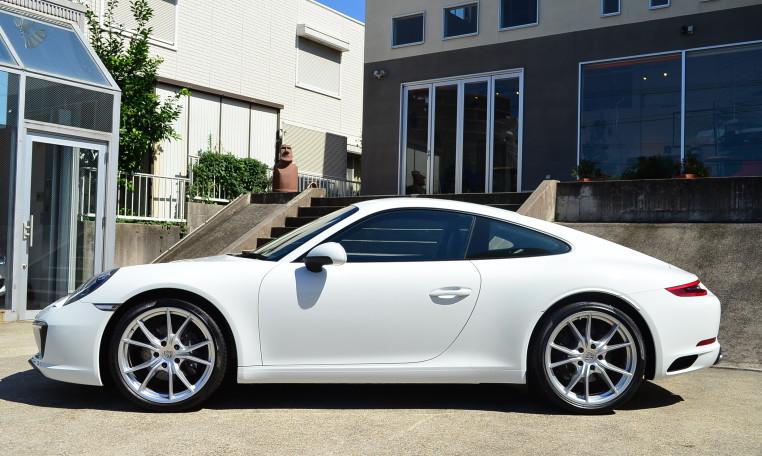 オプション 20in Carrera Sホイールを装備しております。