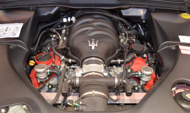 このボンネット下に収まる4.7リッターのフェラーリエンジンはこの時代のマセラティの価値を高めていると思います。官能的な排気音と気持ち良く吹け上がるレスポンスが堪能できます。