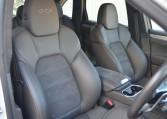 アゲートグレーと呼ばれる薄い茶色のインテリアカラーにレザーとアルカンタラのコンビシートが車内の雰囲気をラグスポに仕立てます。